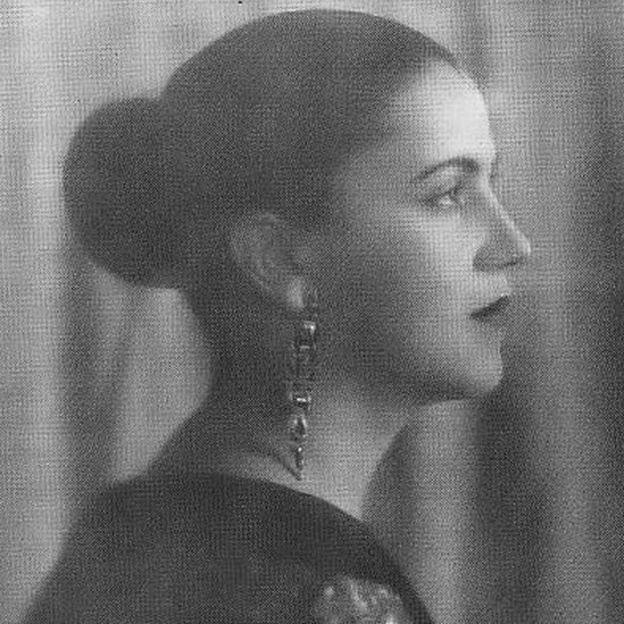Em foto preto e branco, Tarsila do Amaral aparece de perfil