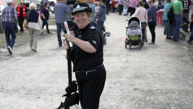 Mae'n anodd i'r heddlu gadw trefn...ar eu hoffer! // Keeping control ...of their equipment....is a difficult job for the police at the Eisteddfod