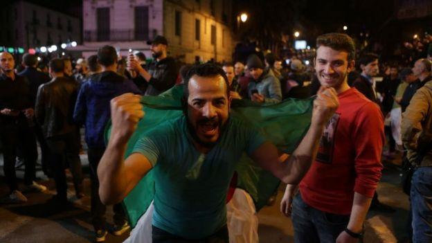 Des centaines de personnes célèbrent la démission du président algérien Abdelaziz Bouteflika lors d'une manifestation.