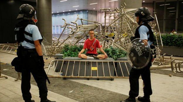 Manifestante sentado