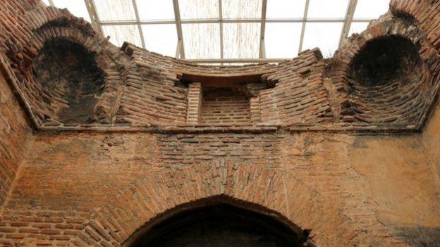 قوس شکسته مربوط به معماری دوره اسلامی از نشانههای دگرگونی در بنای آتشگاه است