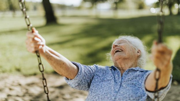 Anciana en un columpio