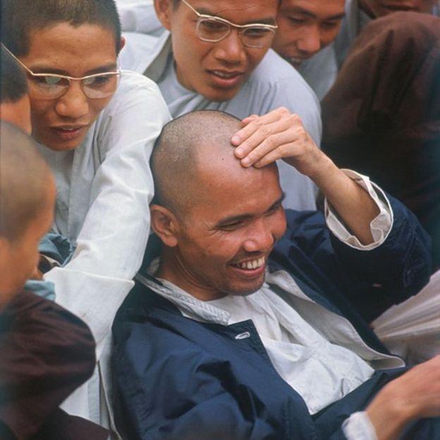 Thích Trí Quang (áo xanh) cười cùng các nhà sư khác khi biểu tình ngồi ở bên ngoài Dinh Độc lập năm 1967
