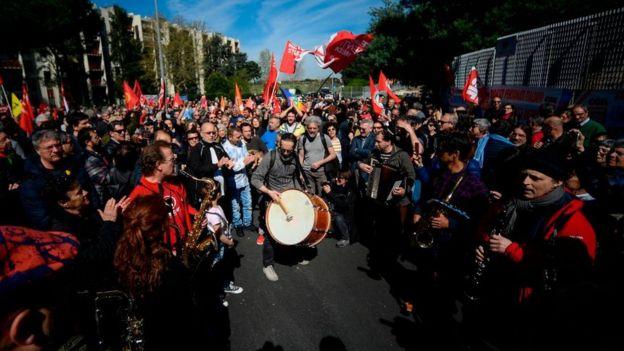 Roma'daki Torre Maura mahallesinde Cumartesi günü düzenlenen ırkçılık karşıtı gösteri renkli görüntülere sahne oldu