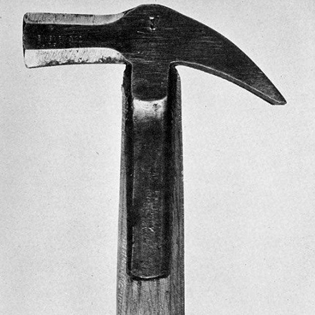 El martillo que habían encontrado entre las posesiones de Slater y presentado como arma homicida.