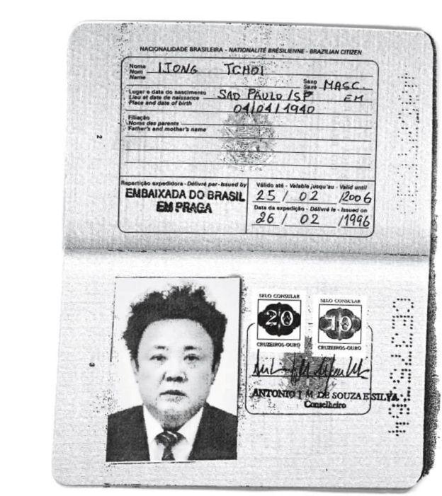 Una fotocopia de un pasaporte presuntamente usado por Kim Jong-il