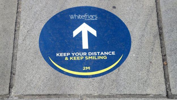 Uma visão das medidas de distanciamento social implementadas no shopping Whitefriars em Canterbury, Kent, enquanto as lojas se preparam para reabrir