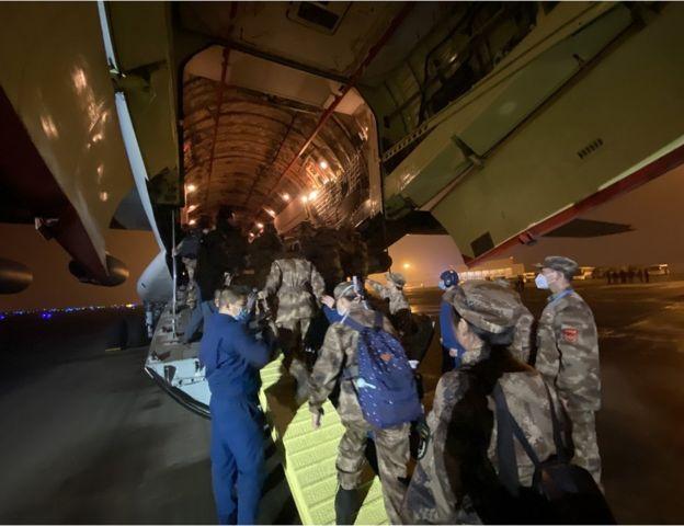 中国解放军三支医疗队共计450人分别从上海、重庆、西安三地出发,前往武汉地区接诊病例较多的医院支援。
