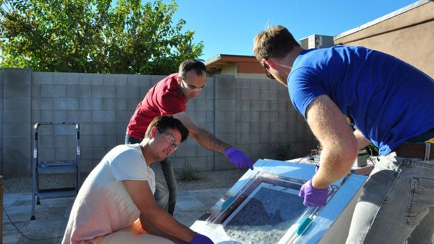 Investigadores de la Universidad de California Berkeley con la caja que cosecha agua