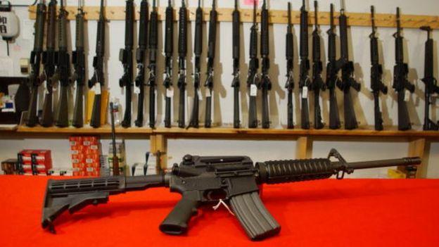 Muestra de varios rifles semiautomáticos en una tienda de Colorado