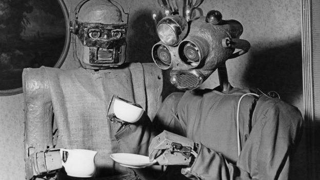"""Deux robots conçus par l'artiste viennois Claus Scholz """"profitent"""" d'une pause café en 1964"""