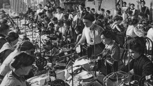Foto antigua en blanco y negro: costureras de la Unión Nacional de Mujeres, Frankfurt am Main, Alemania, 1915.