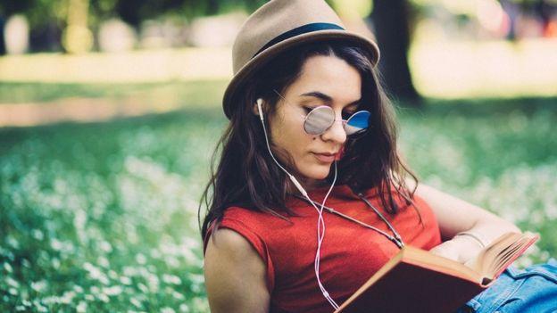 امرأة تقرأ في منتزه