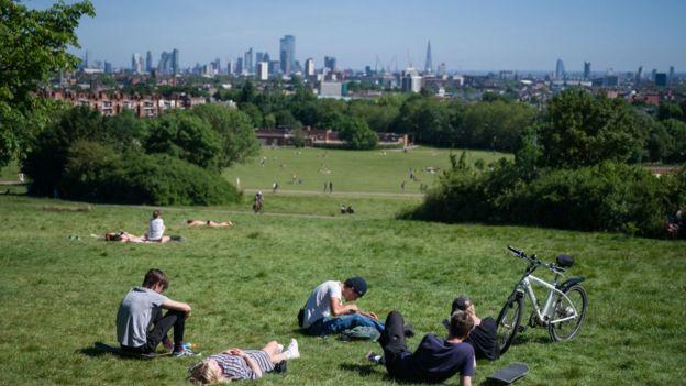 Отдыхающие в лондонском парке