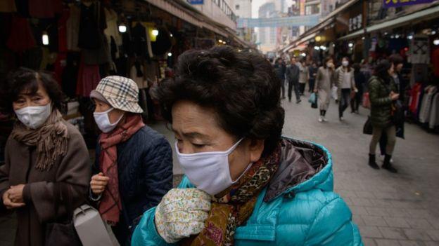 Una mujer mayor en las calles de Corea del Sur