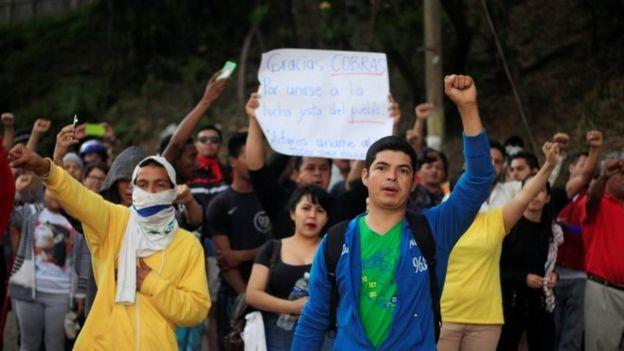 La gente en Honduras agradece a la policía.