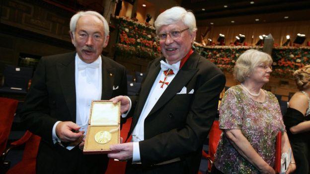 El físico alemán Peter Grünberg con la medalla del premio nobel que recibió en 2007.