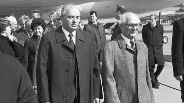 Mijail Gorbachov y Erich Honecker.
