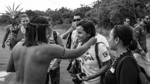 Turistas de visita en una comunidad indígena.