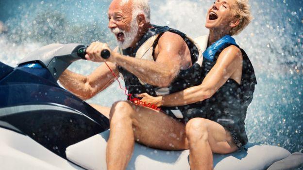 Casal de idosos se divertindo em jet ski