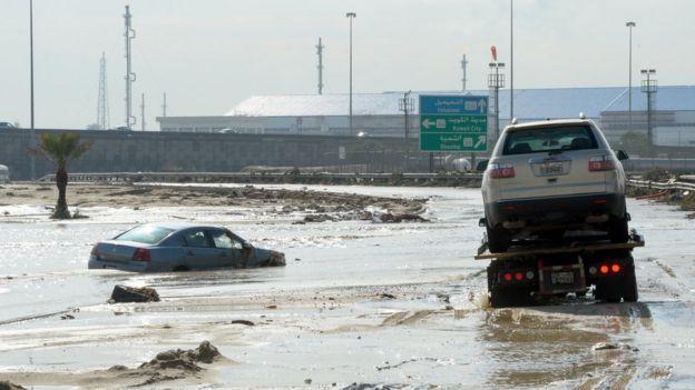 47218c773 صورة من السيول التي سببتها الأمطار في الكويت. الصورة بتاريخ العاشر من نوفمبر