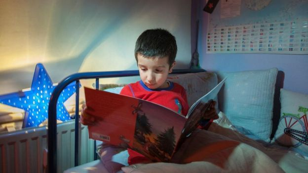 Niño leyendo.