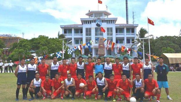 Hoạt động chơi bóng đá, bóng chuyền và kéo co diễn ra hôm thứ Năm 22/6 tại đảo Song Tử Tây thuộc Quần đảo Trường Sa