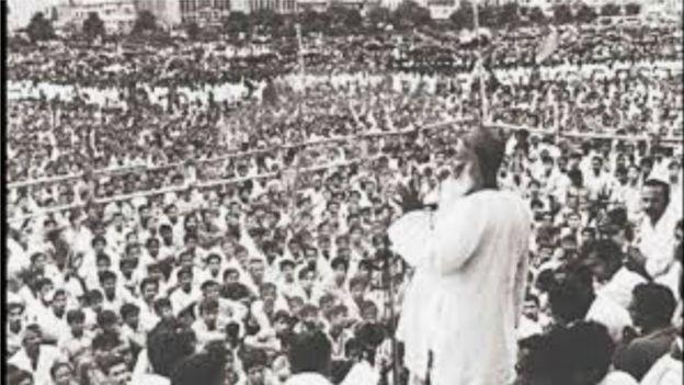একটি জনসভায় ভাষণ দিচ্ছেন আওয়ামী লীগের প্রতিষ্ঠাতা সভাপতি মওলানা আব্দুল হামিদ খান ভাসানী