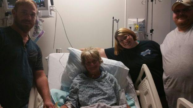 Barbara Franz recuperándose en el hospital junto a su sobrino Justin Ursey, su hija Roberta Ursey y su yerno Albert Ursey, esposo de Roberta.