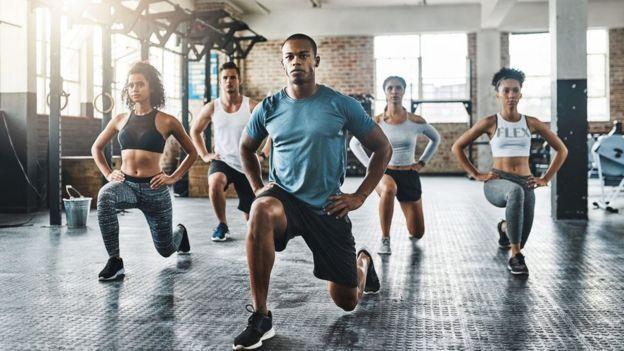 Un grupo de gente haciendo ejercicios.