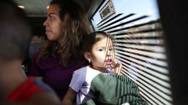 Una madre y su hija hondureña tratando de entrar a Estados Unidos.