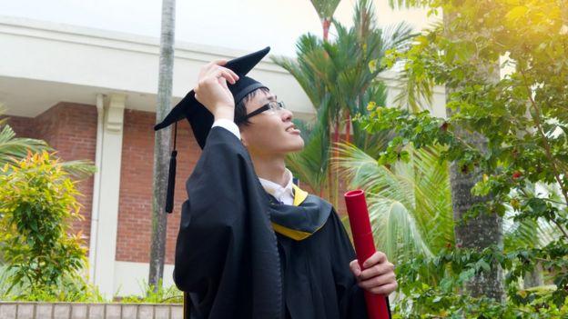 Joven graduado de la universidad.