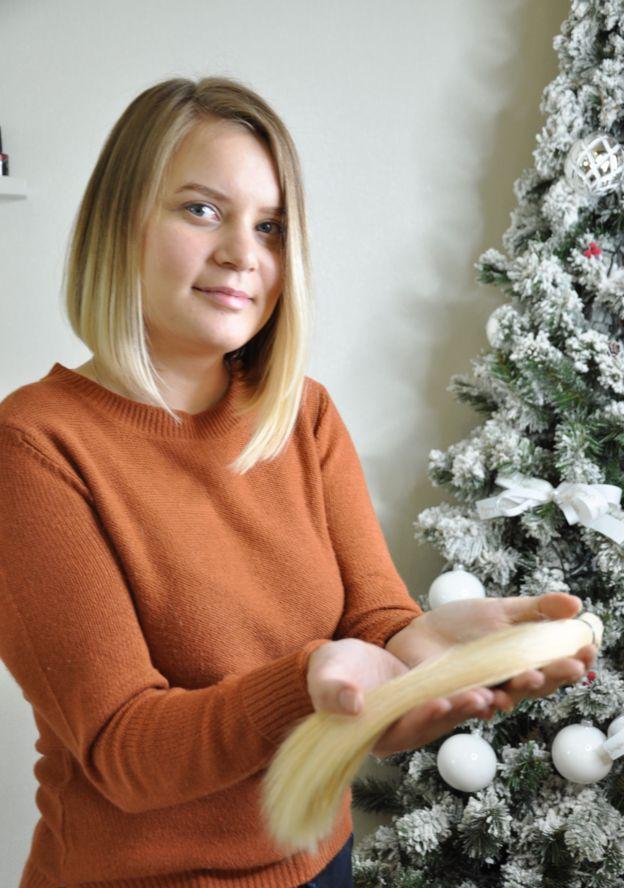 Студентка Анна Устінова відрізала понад 30 см білявого волосся. Стрижку й зачіску їй у перукарні зробили безкоштовно.