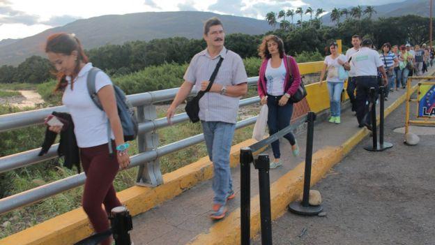 Venezolanos cruzando hacia Colombia.