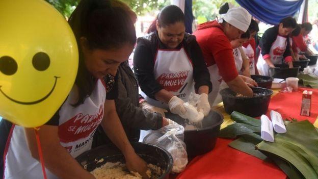 Mujeres cocinando en la calle en Paraguay