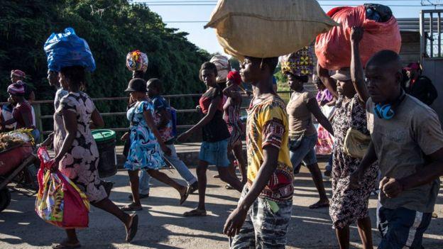 haitianos cargan productos por la frontera con República Dominicana