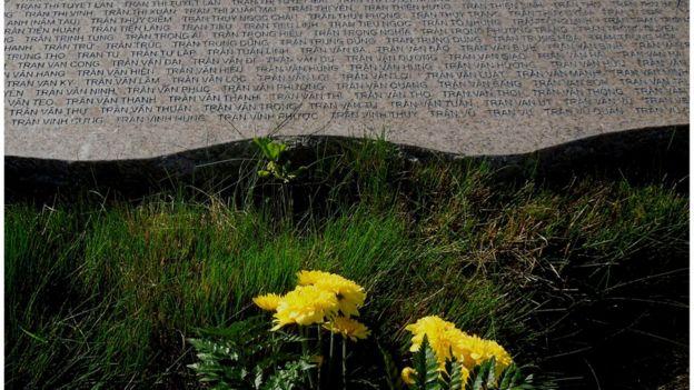 Bia đá khắc tên người vượt biên vượt biển mất tích tại Đài Tưởng niệm Thuyền nhân ở Quận Cam, California