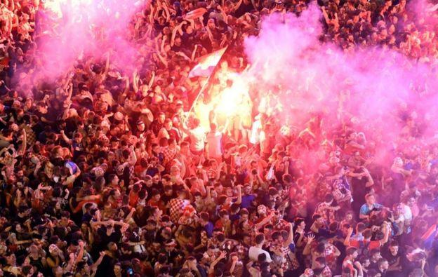 在薩格勒布,大批球迷們聚集觀看比賽。