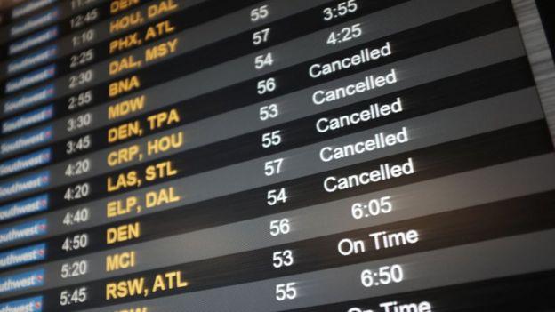 Pizarra con vuelos cancelados.