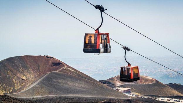 В такой кабинке можно подняться еще ближе к вершине Этны (Credit: Alexander Nikiforov/Getty Images)