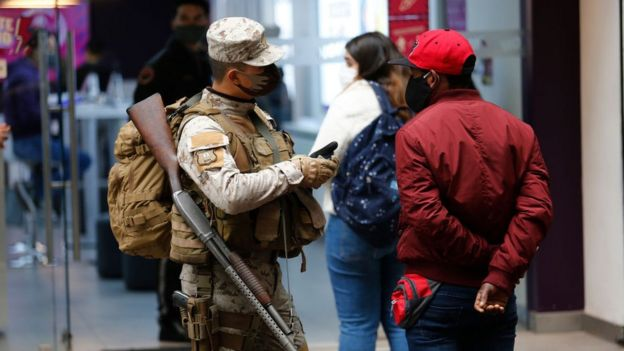 En Chile, el gobierno de Piñera acaba de extender las medidas de limitación de movimientos de los ciudadanos.