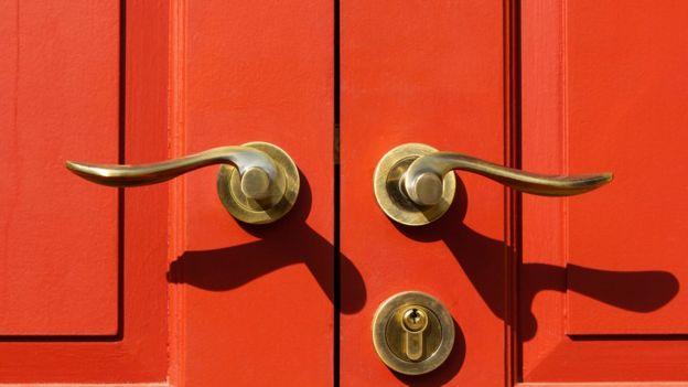 Manijas de bronce en puerta