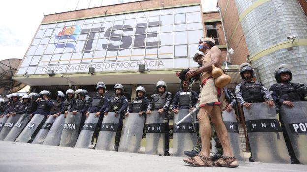 Protesta frente a la sede del Tribunal Supremo Electoral de Honduras
