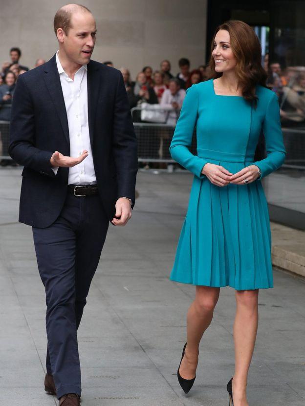 O duque e a duquesa de Cambridge em frente à BBC
