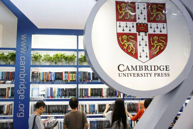 北京國際圖書博覽會上讀者在劍橋大學出版社展攤翻閲圖書(23/8/2017)