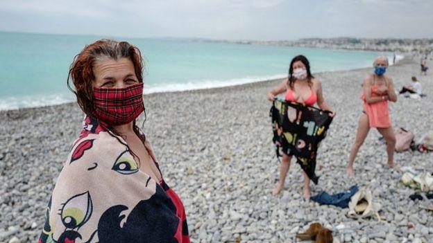Первые ласточки на средиземноморском пляже Франции