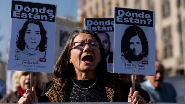 Manifestação em 9 de junho de 2017 de parentes de pessoas desaparecidas no Chile na era Pinochet