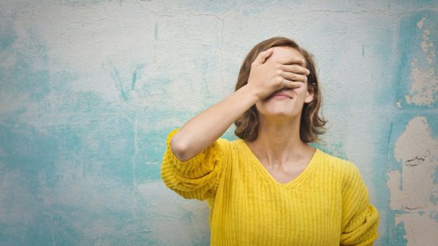 Mujer mostrando arrepentimiento.
