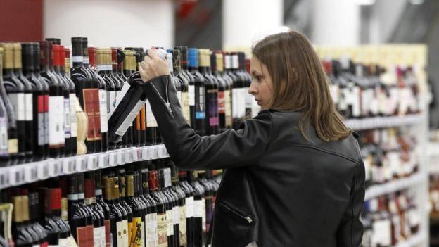 Mujer joven en el supermercado.