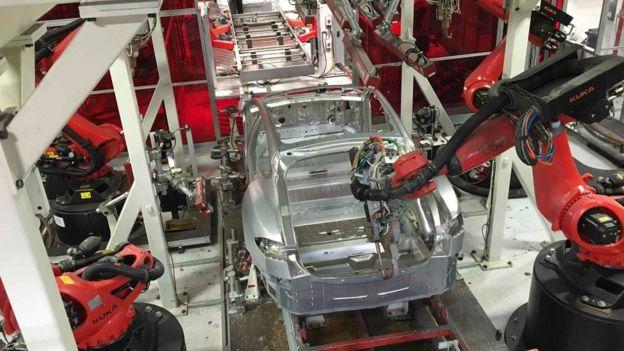Автомобиль Tesla в сборке